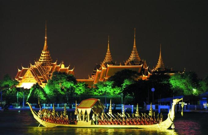 31o Thai Temple in night