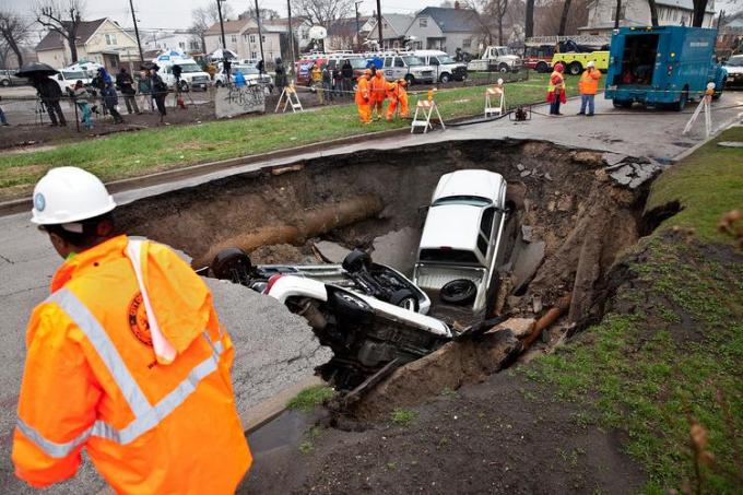 11c Cars in chicago sinkhole