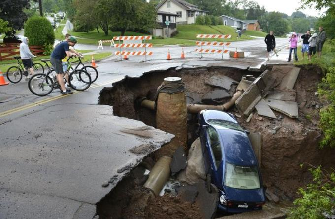 12h car in sinkhole