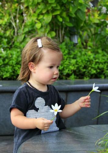 2 Playing with white flowers in both hands