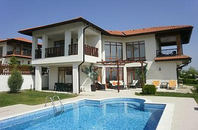 8 Sideview swimming pool villa