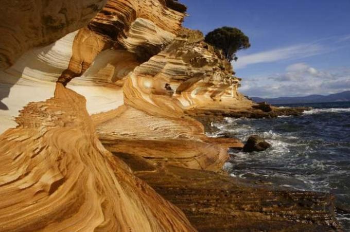 36a Painted cliffs of Tasmania