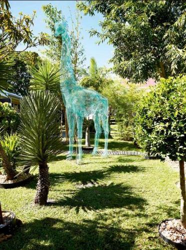 3b Giraffe statue