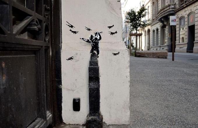 wall fighting aliens